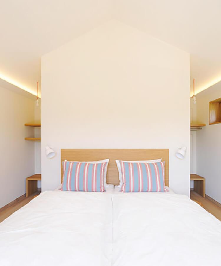 良質な木材、自然素材、地元の建材をふんだんに使用した客室