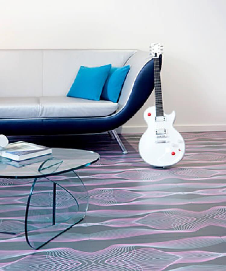 Parador社とカリム・ラシッド氏がコレボした3種類のユニークなラミネート床をホテルの客室に採用しています